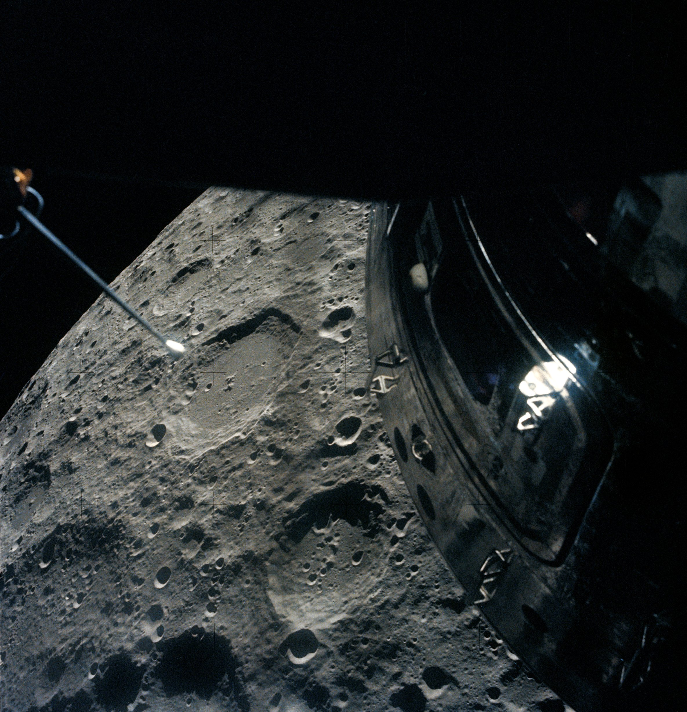 Apollo_13_passing_Moon.jpg
